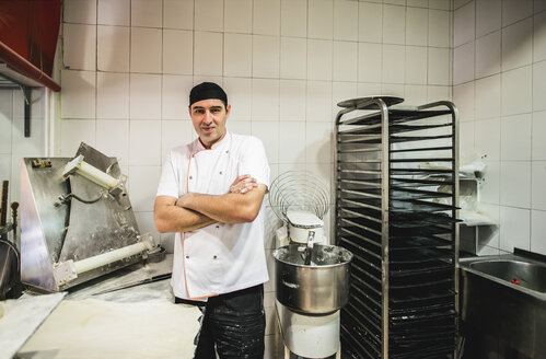 Pizza baker standing in his bake shop, arms crossed - JASF000086