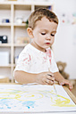 Little boy painting with watercolours - JRFF000032