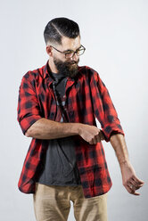 Hipster rolling up his sleeve - JAS000051
