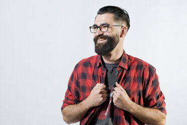 Portrait of smiling hipster in front of light background - JAS000053