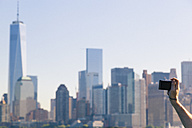 USA, New York City, tourist taking a picture of the skyline - GIOF000111
