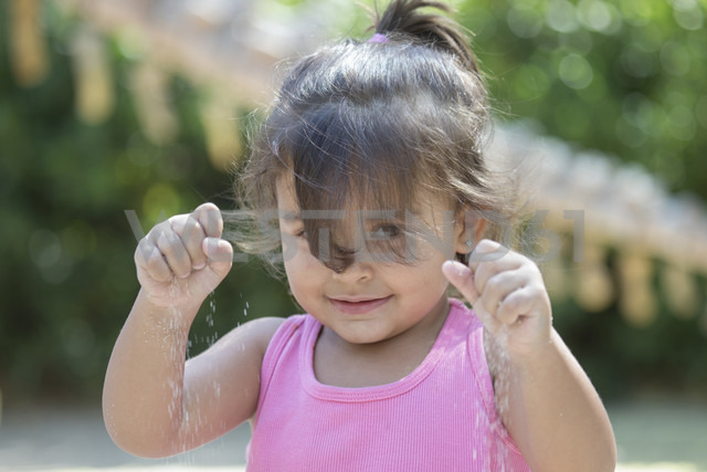 Portrait of little girl playing with sand - ERLF000026 - Enrique Ramoz/Westend61