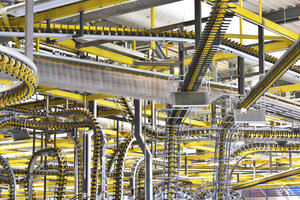 Conveyor belts with newspapers in a printing shop - LYF000468