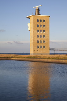 Germany, Lower Saxony, Cuxhaven, radar tower at the coast - WIF002614