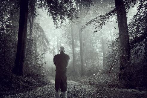 Man on forest path - DWIF000583
