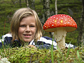 Boy discovering fly agaric - TMF000038