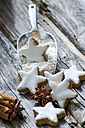 Home-baked cinnamon stars, shovel of flour and spices on wood - ODF001280