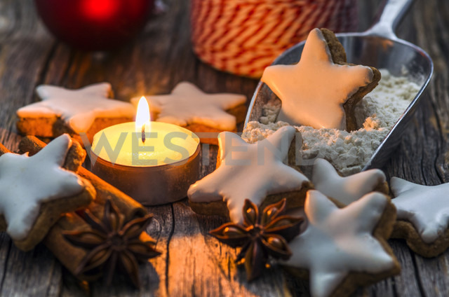 Home-baked cinnamon stars by candle light - ODF001282 - Doris.H/Westend61