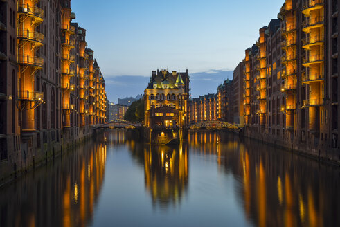 Germany, Hamburg, Wandrahmsfleet in the historic warehouse district  in the evening - RJF000491