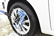 Car cleaning, cleaning the alloy wheel - LYF000486