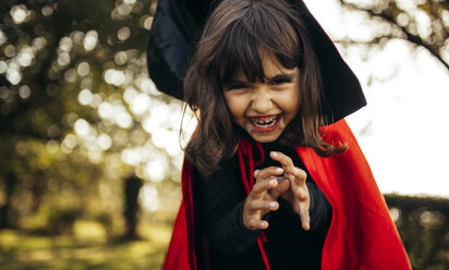 Portrait of little girl masquerade as vampire - MGOF000665