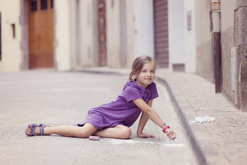 Little girl drawing with crayon on the street - XCF000008