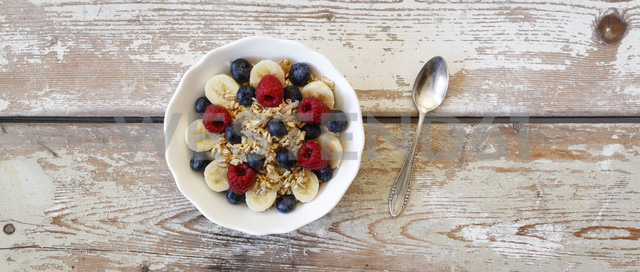 Bowl of muesli with banana slices, raspberries and blueberries - EVGF002221