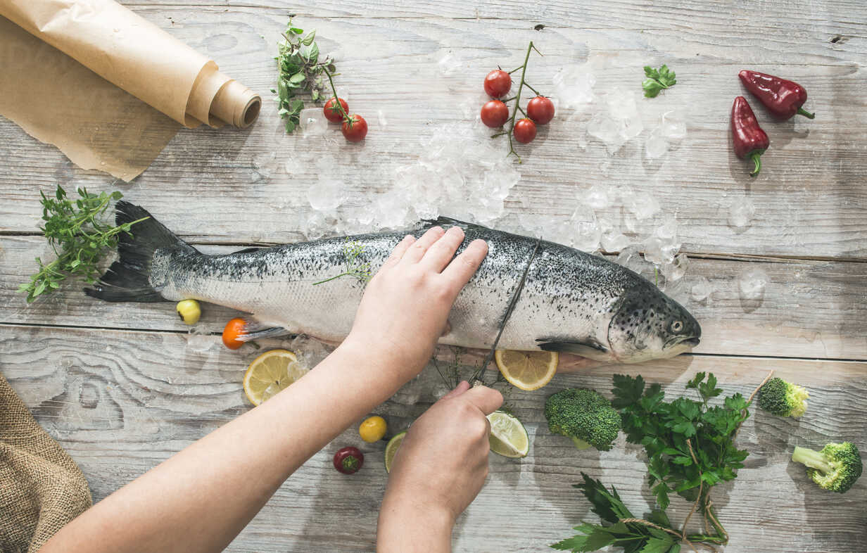 Preparing raw salmon for cooking - DEGF000534 - Deyan Georgiev/Westend61