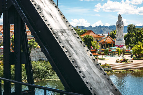 Thailand, Kanchanaburi, view from bridge over River Kwai to temple complex - EHF000228