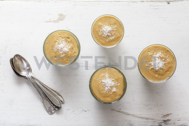 Green smoothies, dessert with vanilla sauce, raw food - EVGF002266 - Eva Gruendemann/Westend61