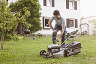 Man mowing the lawn - RBF003145