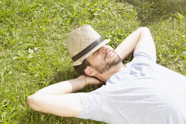 Man lying on lawn relaxing - RBF003188