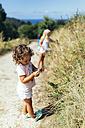 Little girl picking blackberries - MGOF000771