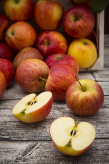 Whole and sliced red apples on wood - LVF003864