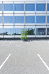 Parking lot in front of an office building - VIF000408