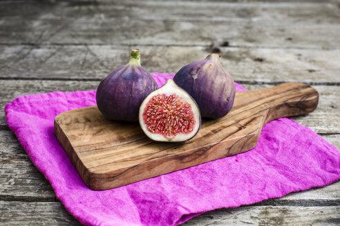 Fresh figs, chopping board - SARF002144