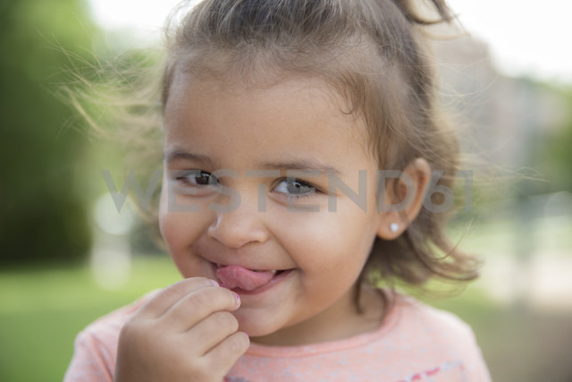 Portrait of little girl sticking out her tongue - ERLF000034 - Enrique Ramos/Westend61