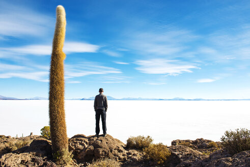 Bolivia, Potosi, Man looking at the Uyuni Salt Flats - GEMF000431