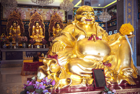 Thailand, Kanchanaburi, Golden buddha statues in Chinese temple - EH000247