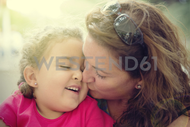 Woman cuddling with her little daughter - ERLF000045 - Enrique Ramos/Westend61