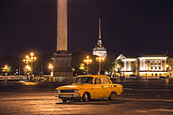 Russia, Saint Petersburg, Run down car on Place Square, Admirality in background - KNT000100