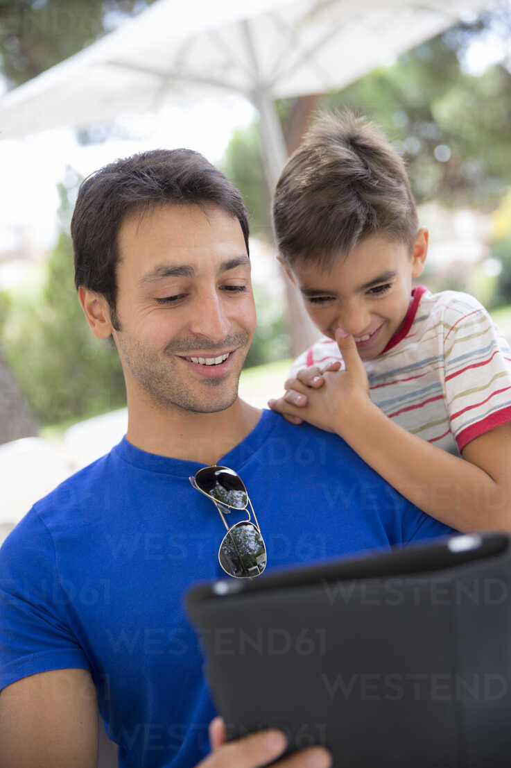 Portrait of father and son with digital tablet - ERLF000047 - Enrique Ramos/Westend61