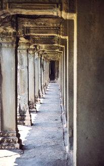 Cambodia, Siem Reap, colonnade at Angkor Wat Temple - EH000261