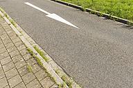 Germany, empty lane with arrow sign - VIF000416