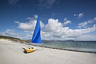 Ireland, County Galway, Sailing boat at Bunowen beach - ELF001617