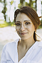 Portrait of smiling woman with brown hair wearing glasses - MFF002253