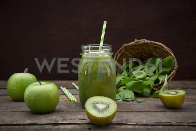 Glass of apple kiwi spinach smoothie and ingredients - LVF003966