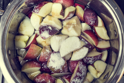 Sugar and pieces of apples in a cooking pot for preparing applesauce - MIDF000690