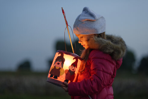 Little girl with self-made paper lantern in the evening - LBF001244