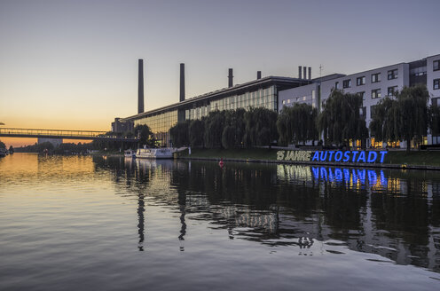 Germany, Lower Saxony, Wolfsburg, Autostadt in the evening, combined heat and power station of Volkswagen in the background - PVCF000701
