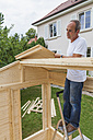 Man setting up a garden shed - WDF003337