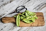 Snow peas on chopping board - SARF002212