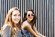 Portrait of two happy young women outdoors - GIOF000305