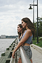 USA, New York City, two friends looking at Hudson River - GIOF000320