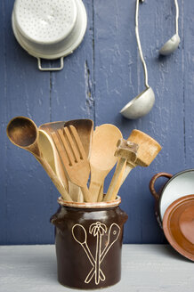 Cooking utensils in clay pot - GISF000178