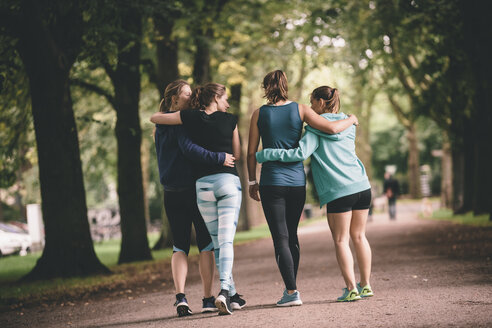 Four female joggers in park - MADF000563