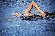 Female triathlete swimming in pool - MFF002394