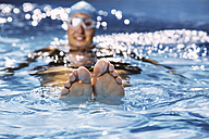 Feet of swimmer, floating on water - MFF002400