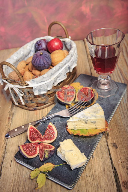 Still life with wine, figs and cheese - VTF000455 - Val Thoermer/Westend61