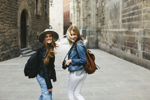 Spain, Barcelona, two happy young women in the city - EBSF000953